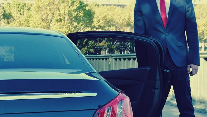 chauffeur priv chega a lisboa lei da uber d seguran a empresas jornal de neg cios. Black Bedroom Furniture Sets. Home Design Ideas