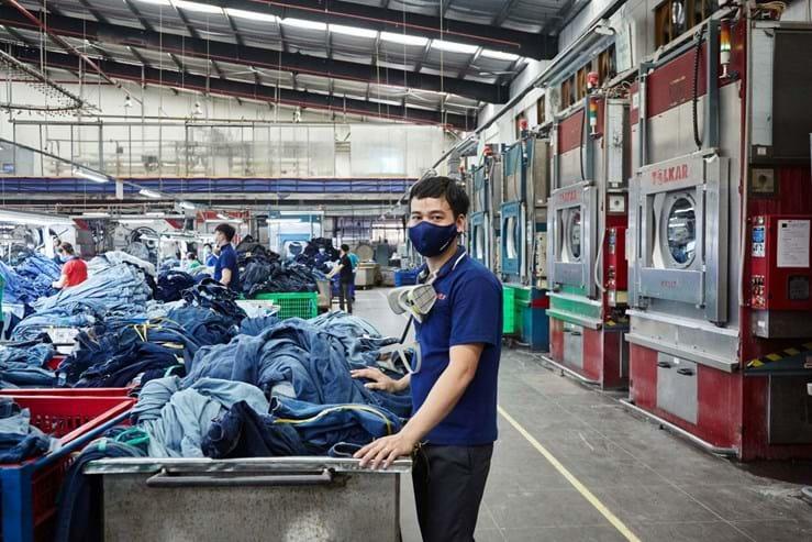44be6fcafc Fazer jeans é mau para o planeta. Mas uma fábrica pode mudar isso ...